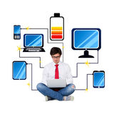 Mens met computer aan gadgets wordt aangesloten dat Stock Afbeelding