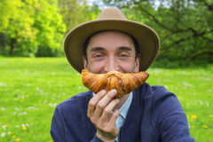 Mens met croissant royalty-vrije stock foto's