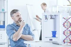 Mens met 3D printer Stock Foto's