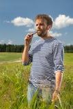 Mens met de elektronische sigaret Stock Foto's