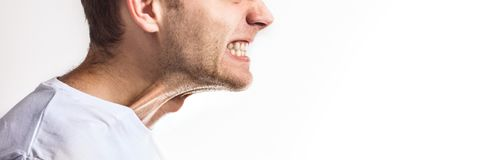 Mens met dichtgeklemde tanden op witte achtergrond, boze grijns, tandpijn op witte achtergrond royalty-vrije stock afbeelding