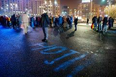 Mens met `-dieven` bericht bij protest, Boekarest, Roemenië Stock Foto's
