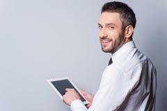 Mens met digitale tablet Stock Fotografie
