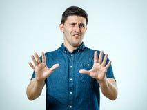 Mens met doen schrikken uitdrukking op zijn gezicht die bang gemaakt gebaar maken stock foto's