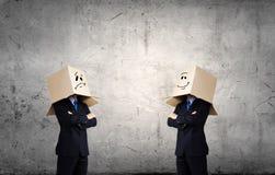 Mens met doos op hoofd Stock Foto