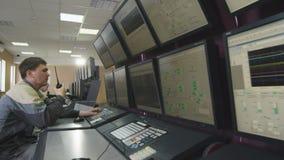 Mens met Draagbaar Radiostation bij Controlebord stock videobeelden