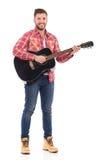 Mens met een akoestische gitaar Royalty-vrije Stock Afbeeldingen