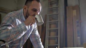 Mens met een baard het drinken thee stock videobeelden