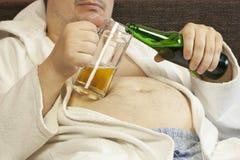 Mens met een bier Stock Fotografie