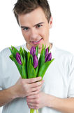 Mens met een boeket van tulpen Stock Afbeeldingen