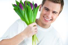 Mens met een boeket van tulpen Royalty-vrije Stock Foto