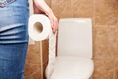 Mens met een broodje van toiletpapier royalty-vrije stock foto's