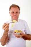 Mens met een fruit salat stock afbeelding