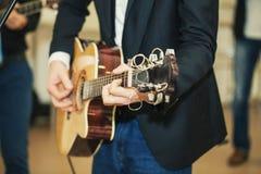 Mens met een gitaar Stock Foto