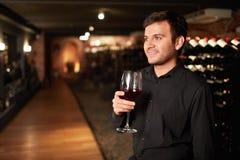 Mens met een glas wijn Royalty-vrije Stock Foto
