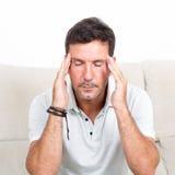Mens met een hoofdpijn Stock Foto's