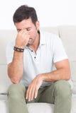 Mens met een hoofdpijn Royalty-vrije Stock Afbeelding