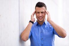 Mens met een hoofdpijn stock afbeelding