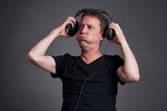 Mens met een hoofdtelefoon Stock Foto