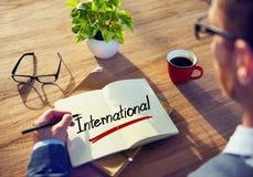 Mens met een Internationale Nota en Één enkel Woord stock afbeelding