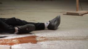 Mens met een kanon die aan een gewonde mens komen stock video
