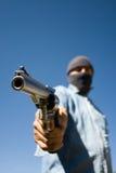 Mens met een kap met 44 anderhalve liter flespistool het dreigen Stock Afbeelding