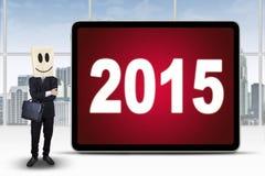 Mens met een kartonhoofd en nummer 2015 Stock Afbeeldingen
