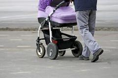 Mens met een kinderwagen Royalty-vrije Stock Foto