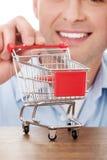 Mens met een kleine het winkelen mand Stock Afbeeldingen