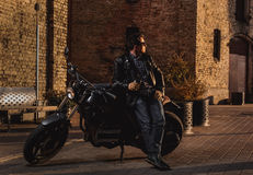 Mens met een koffie-raceauto motorfiets royalty-vrije stock foto