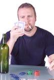 Mens met een Lege Fles van de Whisky op een Lijst van de Pook stock foto's