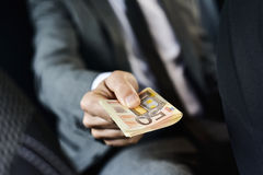 Mens met een pakje van euro rekeningen Royalty-vrije Stock Afbeeldingen