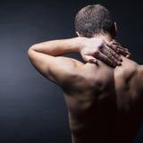 Mens met een pijn in de hals stock afbeeldingen