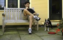 Mens met een Speelse Hond Stock Foto