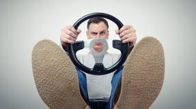 Mens met een stuurwiel, vooraanzicht Het concept van de bestuurdersauto Stock Afbeeldingen