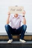 Mens met een teken voor verkoop Royalty-vrije Stock Foto