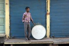 Mens met een trommel, Jodhpur, India stock fotografie