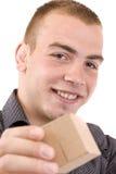 Mens met een verpakte giftdoos Stock Fotografie