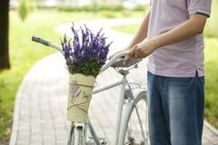 Mens met fiets Royalty-vrije Stock Foto