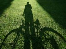 Mens met fiets Royalty-vrije Stock Foto's