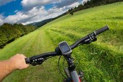Mens met fiets berijdende landweg Stock Fotografie