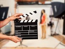 Mens met filmklep in studio Royalty-vrije Stock Foto's