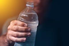 Mens met fles vers drinkwater Stock Foto