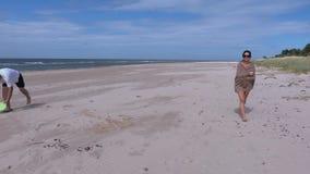 Mens met Frisbee-schijf op het strand stock footage