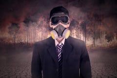 Mens met gasmasker en bosbrand Royalty-vrije Stock Foto