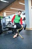 Mens met geamputeerde been veranderende prothese stock afbeelding