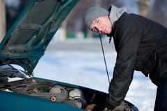 Mens met gebroken auto in de winter Stock Fotografie