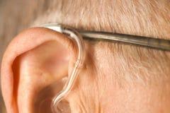 Mens met gehoorapparaat royalty-vrije stock afbeelding