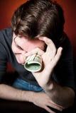 Mens met geld stock afbeeldingen