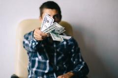 Mens met geld Stock Afbeelding